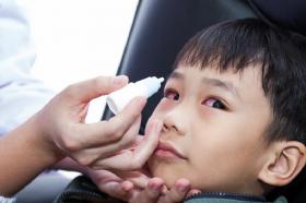 conjuntivitis con fiebre y dolor de garganta